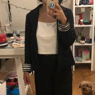 omg kolla min lilla hunds ansikte som kollar upp på mig 😫😫😭😭 Söt mjuk kavaj från H&M Möts upp i Stockholm eller fraktar! :)