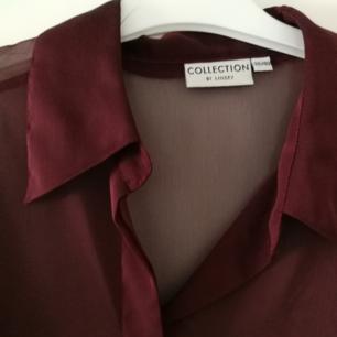 🍷 Skitsnygg skjorta/blus från Lindex. Halvtransparent. Skiftar nästan i färg, så svårt att fånga på kamera. Säljes då jag nästan aldrig får användning för den. Använder helst SWISH! Frakt ingår EJ i priset. 🍷