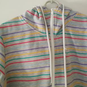 🌼 Söt hoodie från BikBok. Lite längre i modellen. Så mjuk! Använder helst SWISH. Frakt ingår EJ i priset. 🌼