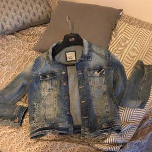 Jeansjacka i jätte fint skick, endast använt ett fåtal gånger.   Säljer pga att den aldrig kommer till användning.   Fraktar endast
