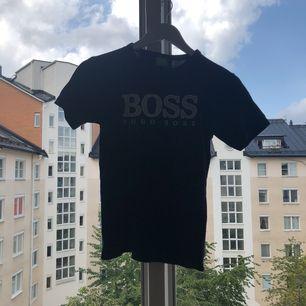 Hugo boss t shirt köpt utomlands inte äkta men syns ingen skillnad. Inga skador eller fel.