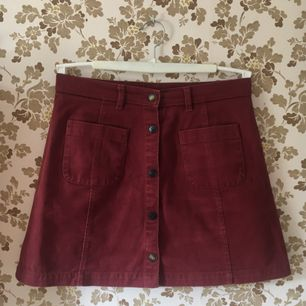 Söt kjol från Monki i fint använt skick. Lite kortare i modellen och passar 36-38. Köpare står för frakt. Kan även mötas upp i Oskarshamn/Västervik fram till 25 augusti, därefter i Uppsala/Sthlm.