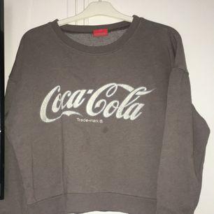 Coca cola tröja från bikbok i storlek S, nypris 400 kr. En liten fläck men går säkert att tvätta bort, har aldrig provat då den inte kommit till användning.