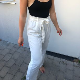 """Vita """"kostymbyxor"""" använda fåtal gånger  Möts upp i Stockholm, annars står köparen för frakten!"""