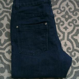 Fina oanvända jeans från ellos i strl 36, med dragskedjor på utsidan i benslut. Frakt: 54 kr