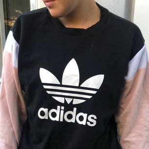 Adidas tröja med rosa ärmar.  Använd ca 5 gånger Möts upp i Stockholm, annars står köpare för frakten