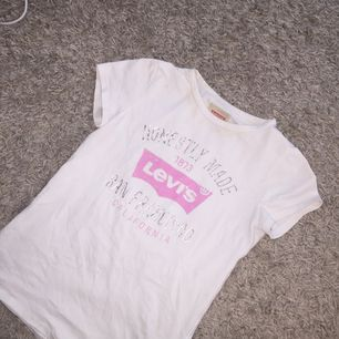 Superfin levis t-shirt i strl 12 år barn så typ xs!