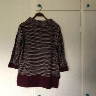 Stickad tröja, storlek S. Har själv aldrig använt den, men den är köpt här på Plick. Det har gått upp en maska (se bild 2), men jag skulle inte säga att det syns så mycket - går nog dessutom att fixa. Pris + frakt, som köparen står för!