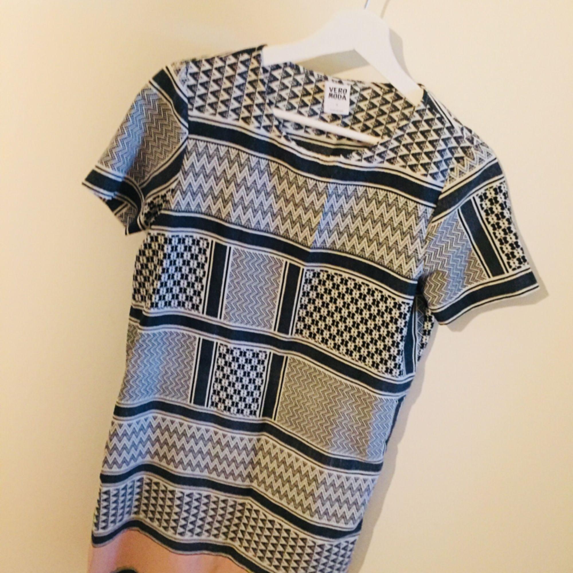 d9064f3e0549 Tunn mönstrad klänning från Vero - VERO MODA Klänningar - Second Hand