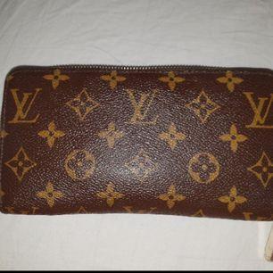 Använd LV plånbok  men fri från skador osv Den är självklart äkta och kvitto finns och medföljer vid köp. Fast pris