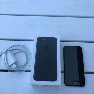iPhone 7 svart med 32gb & fri från skador inga sprickor nånstans, inga problem med batteri, helt enkelt inga fel på den Köptes i början av detta år  Laddare och kartong medföljer  Hämtas i Västerås samt kan ev frakta då kund står för kostanden av frakt