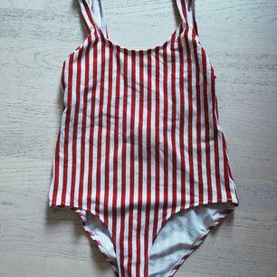 Baddräkt använd 1 gång (tvättad!!) Färg: röd och vit i storlek 38, M Finns att hämta i slussen, Stockholm eller skickas med posten för 39kr