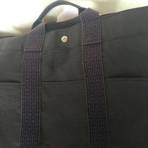 Hermes Tote bag i tyg canvas...väskan är i topp skick AAAAA++++ av bästa kvalité  Endast seriösa köpare TACK