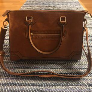 Brun, cute, mellanstor handväska från H&M med fina detaljer och flera fack 👜 Väskan är i bra skick och säljs då den används alldeles för lite. Frakt ingår 😊