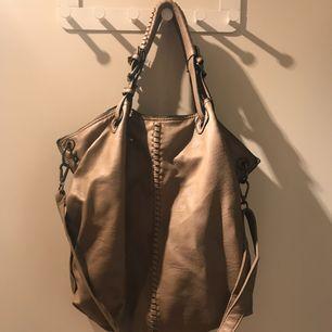 """Beige handväska i """"pås-modell"""" från MQ 👜 Väskan är i bra skick och säljs då den används alldeles för lite. Frakt ingår 😊"""