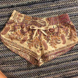 Söta mönstrade shorts köpta i Thailand 🏝 Shortsen är i bra skick och säljs då den används alldeles för lite. Frakt ingår 😊