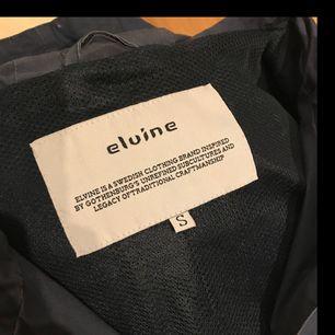 Snygg mörkblå tunn jacka med gulddetaljer från Elvine. Jackan är i bra skick och säljs då den används alldeles för lite. Frakt ingår 😊