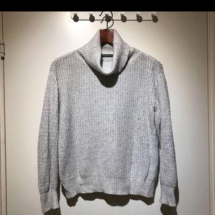 Fin stickad tröja från Brandy Melville. Tröjan är i bra skick och säljs då den används alldeles för lite. Frakt ingår 😊