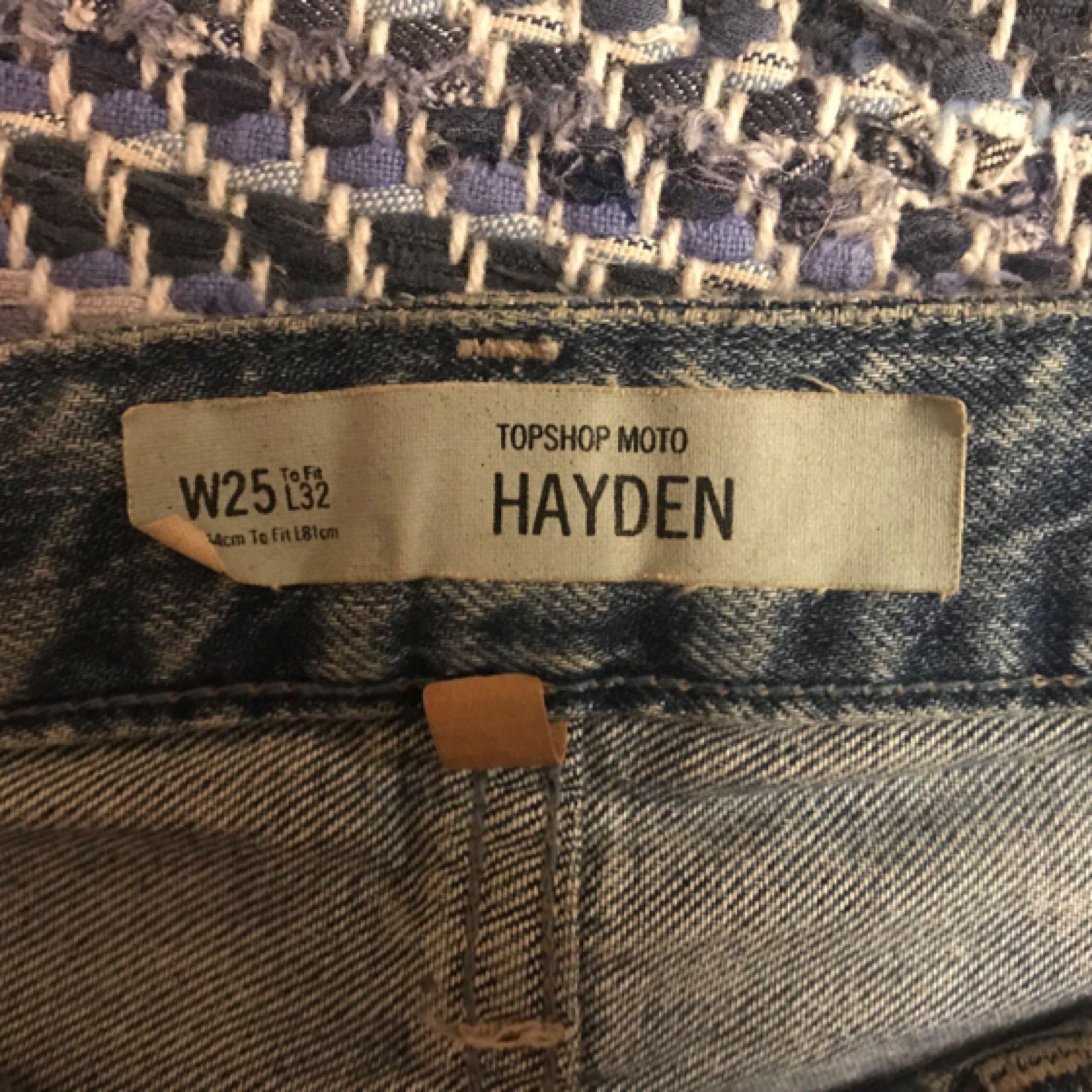 Slitna jeans från Topshop. Jeansen har en loose fit och passar en XS-S.  Plagget är i bra skick och säljs då den används alldeles för lite. Frakt ingår 😊. Jeans & Byxor.