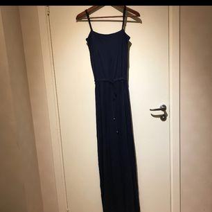 Superfin mörkblå långklänning från Wera.  Plagget är i bra skick och säljs då den används alldeles för lite. Frakt ingår 😊