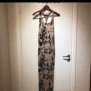 Långklänning från Nelly. Plagget är i bra skick och säljs då den används alldeles för lite. Frakt ingår 😊