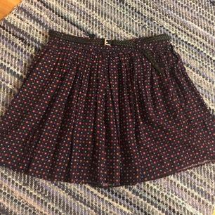 Söt mönstrad kjol från MANGO. Bältet hör till och är avtagbart. Plagget är i bra skick och säljs då den används alldeles för lite. Frakt ingår 😊