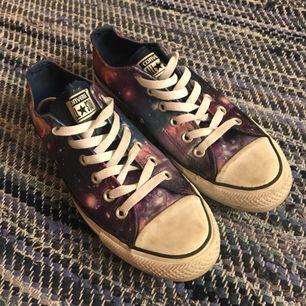 Äkta Converse med galaxmönster.  Skorna är i bra skick och säljs då den används alldeles för lite. Frakt ingår 😊