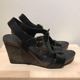 Söta sandaletter från Bianco svart läder.  Skorna är i bra skick och säljs då den används alldeles för lite. Frakt ingår 😊