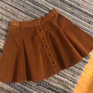 """Supersöt kjol från Brandy Melville i ett material jag skulle vilka kalla """"slät Manchester"""".  Plagget är i bra skick och säljs då den används alldeles för lite. Frakt ingår 😊"""