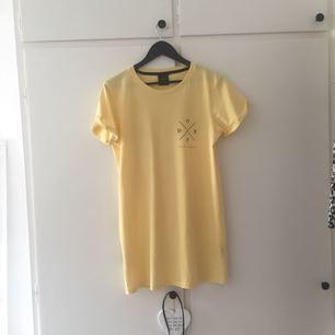 Super fin och somrig Gul t-shirt klänning från märket dope, köpt från ridestore! Bra längd på mig som är 167cm. Helt oanvänd, säljer pågrund av ångrat köp. Frakt tillkommer!
