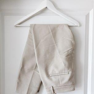 Kostymbyxor från Zara med strykveck. Sparsamt använda! Kan frakta samt mötas upp!