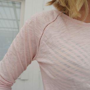 En långärmad tunn tröja som är i storlek 158/165 men passar en som har XS/S. Glömde ta en bild framifrån men ser ut som den blåa tröjan som är på sista bilden. Jag på bilden är 165 lång och brukar ha XS/S. Frakten är runt 50kr