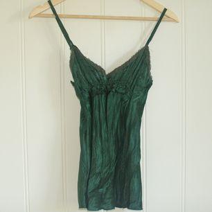 Smaragd grön emerald grön satin topp linne, strl S-M Frakt tillkommer 25kr