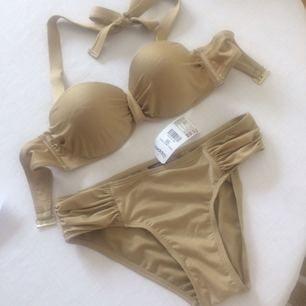 Supersnygg helt Oanvänd bikini i guldskimrande material. Färgen stämmer bäst med bild 2 :) Slutsåld i affär.