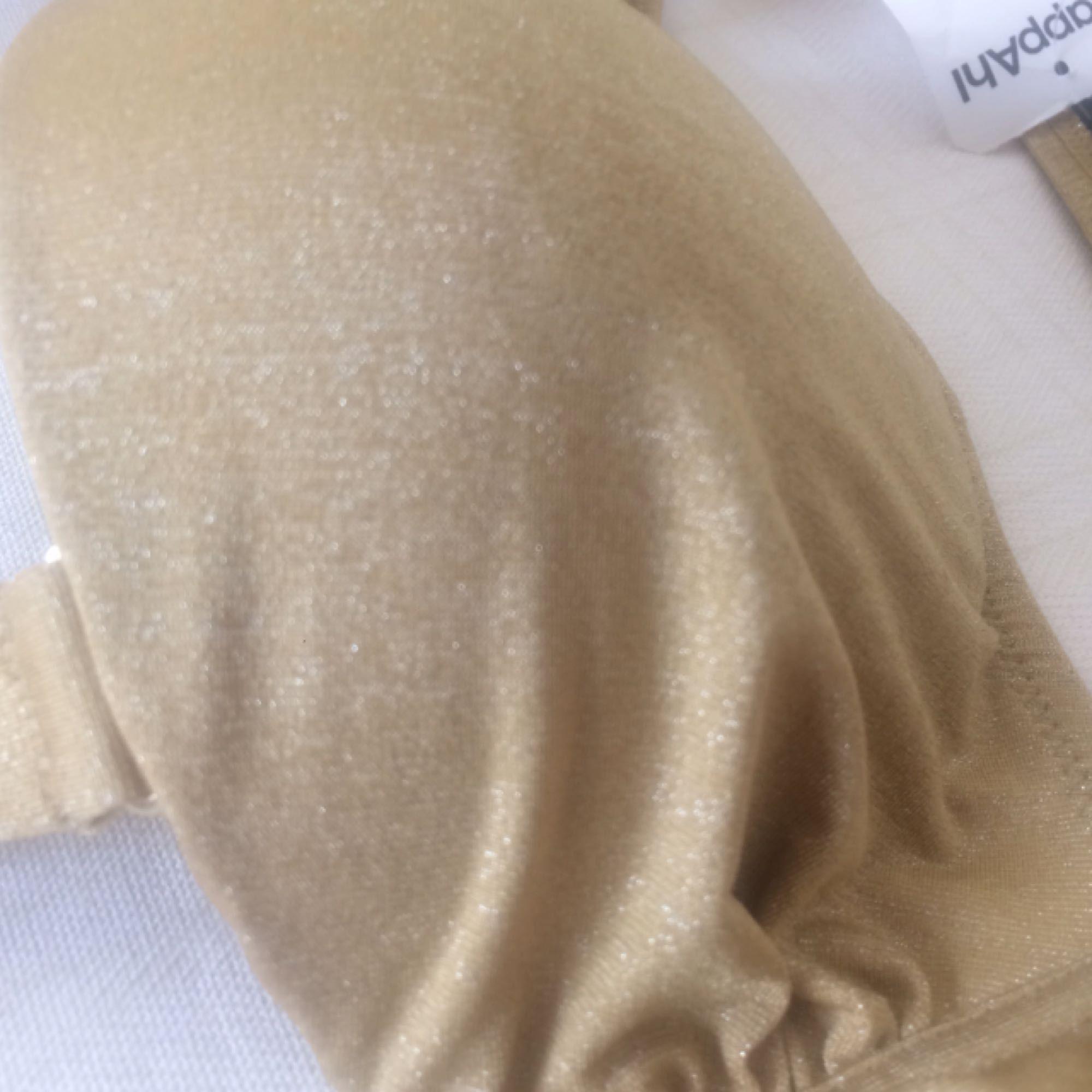Supersnygg helt Oanvänd bikini i guldskimrande material. Färgen stämmer bäst med bild 2 :) Slutsåld i affär.. Toppar.