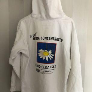 vit hoodie från Jungles Jungles. Sparsamt använd, ca 5 månader gammal. nypris 900 från caliroots. säljer pga att den inte kommit till så mycket användning tyvärr. hör av dig om du har fler frågor! :)
