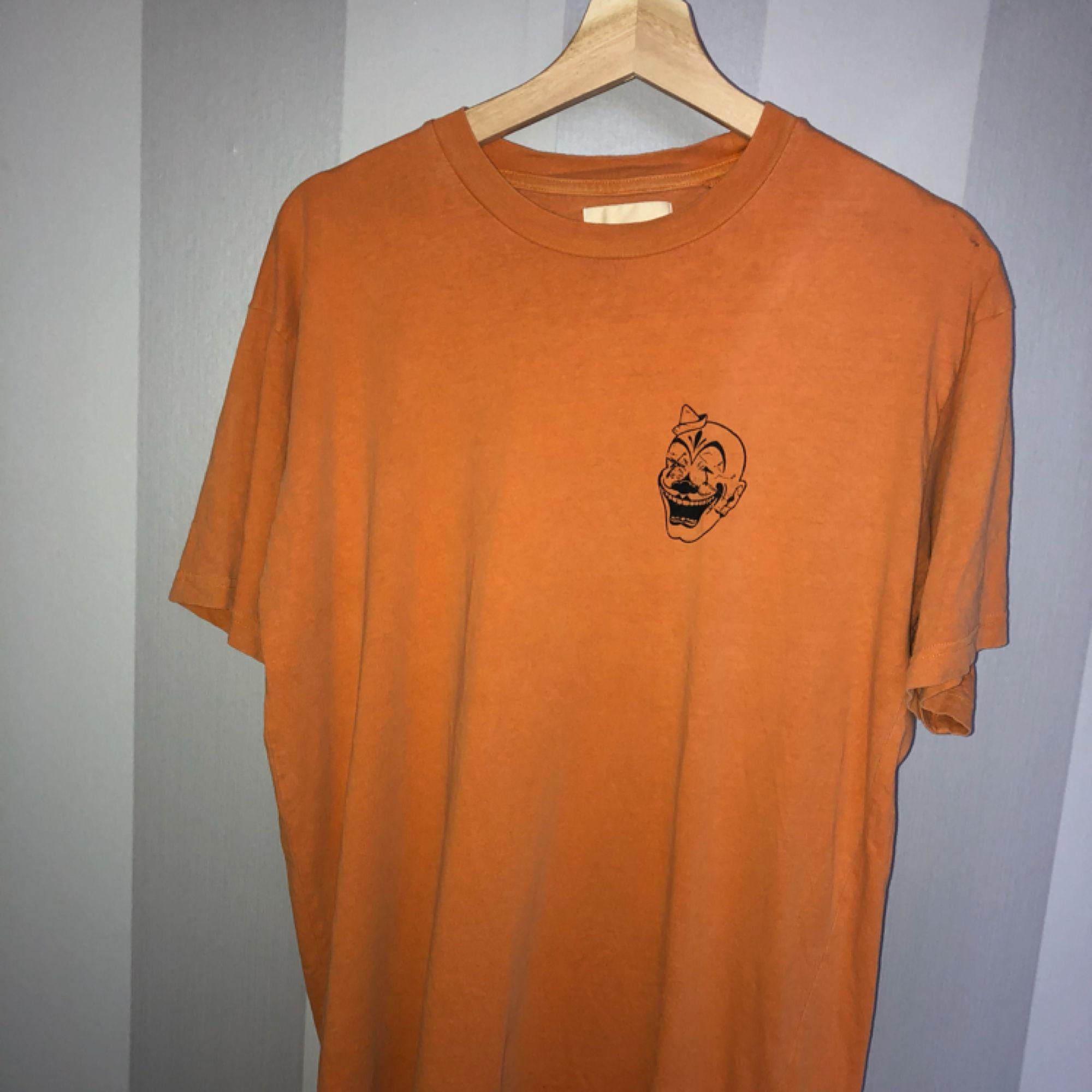 orange t shirt från vailent. sparsamt använd, mest legat i garderoben. en väldigt liten fläck ovanpå vänster axel. nypris 199-299. minns inte riktigt därav priset, hör av dig om du har frågor! :). T-shirts.
