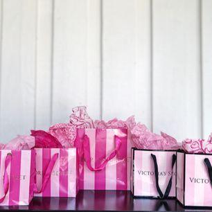 40kr styck  4 Små 1 Stor Varorna kan säljas ihop eller separat!✨ Rosa papper säljs med påsarna. ✨ Alltid spårbar frakt!✨