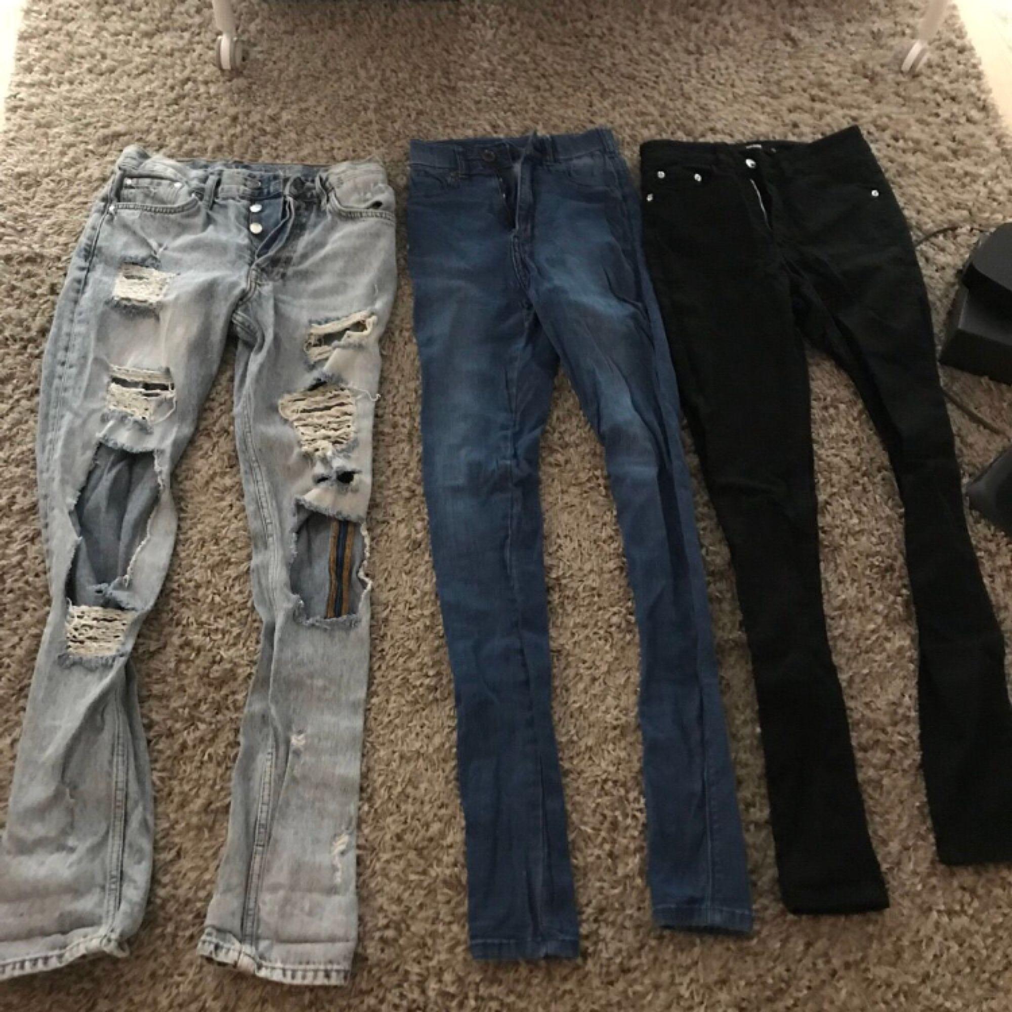 Alla plagg är i väldigt bra skick, förutom de svarta jeansen, de har dock ett hål på innerlåret Om du endast är intresserad av ett plagg kan jag även sälja det separat:). Jeans & Byxor.