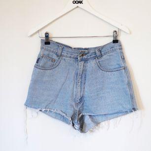 Högmidjade avklippta jeans shorts  Köpta på en secondhand i Paris! (Episode) Midjan är 74cm