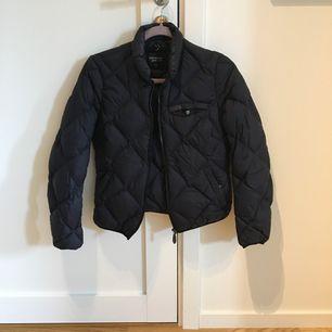 Peak jacka i fint skick, knappt använd. Kan mötas upp i kungsbacka eller posta, köparen står för frakten.