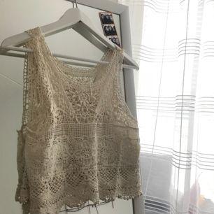 Broderat linne i krämvit färg. Jättefin till sommaren, aldrig använd! Köpare står för frakt 🛍