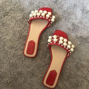 Superfina röda slippers med pärlor. Tydligt inspirerade av Miu Miu. Passar en storlek 38-39.