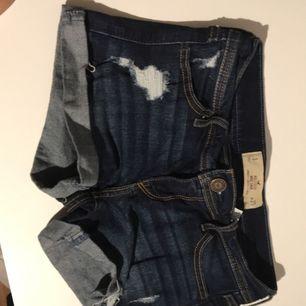 Vanliga shorts från Hollister med slitningar! Fraktar men står ej för konstnaden