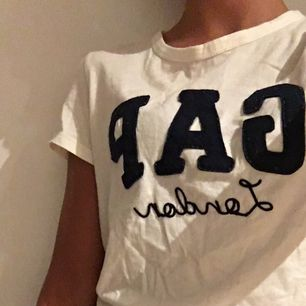 Gap T-shirt från London! Grymt fin tröja i bra skick ! Fraktar men står ej för kostnaden !