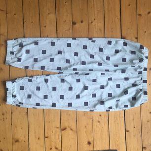 Söta och coola oanvända byxor från Monki ☀️