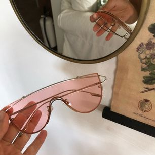 Glasögon med rosa glas. Fri frakt, tar swish :)
