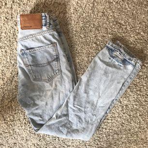 Superfina Levis- liknande jeans från Pull & Bear, köpta förra sommaren och i Toppskick!!! Kan skickas för 50 kr!✨ Storlek 25, ca 34 i eu storlek