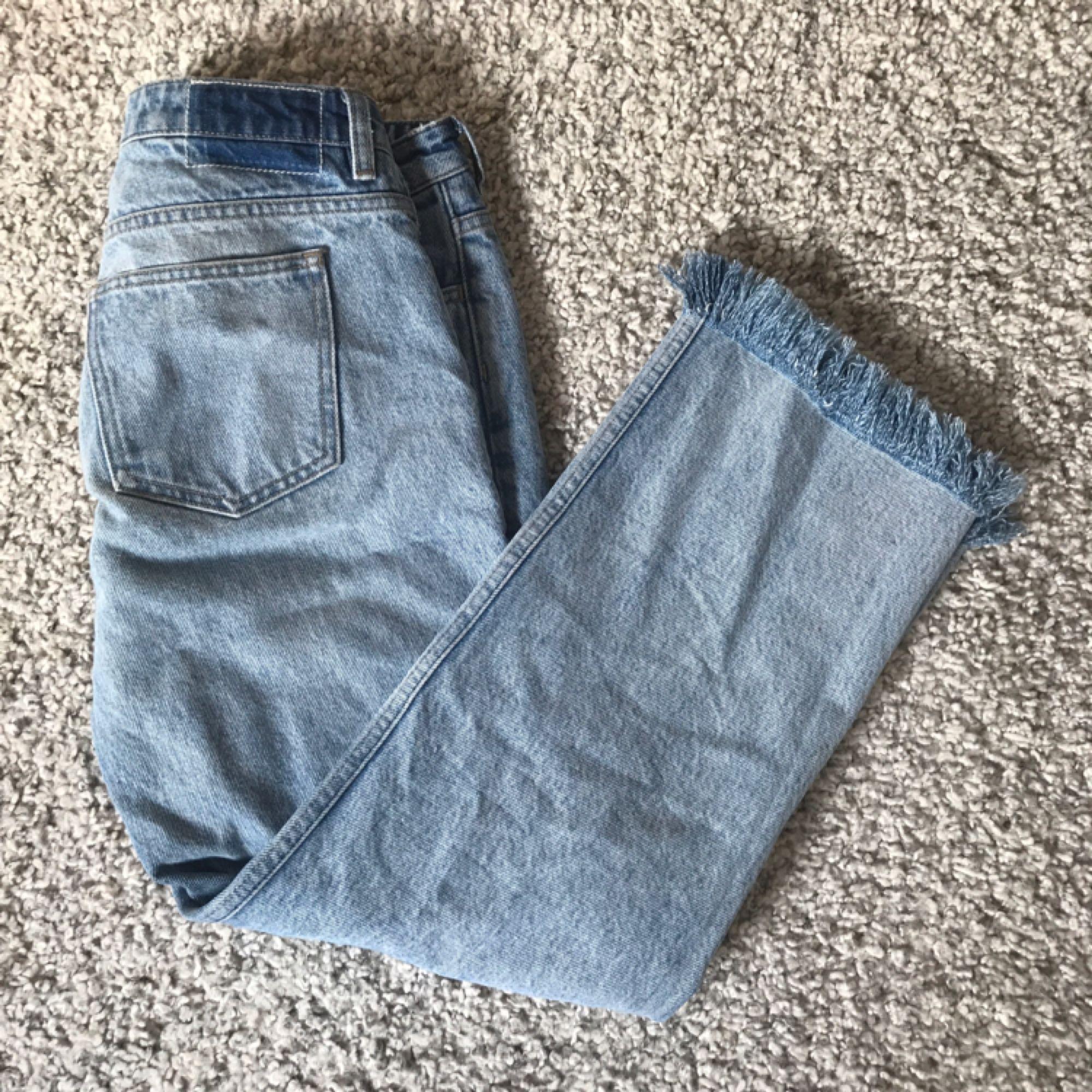 Jeans från GANT i Toppskick!! Supersnygga, låg midja men fransiga ändar! Kan skickas för 50 kr eller mötas upp i Stocholm!✨. Jeans & Byxor.