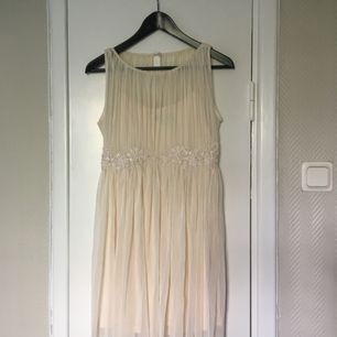 Fin gräddvit klänning från bikbok! Köparen står för frakten!